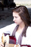 Adolescente hermoso que toca la guitarra Imagen de archivo libre de regalías