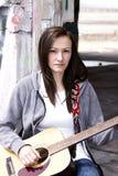 Adolescente hermoso que toca la guitarra Imagen de archivo