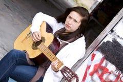 Adolescente hermoso que toca la guitarra Fotografía de archivo