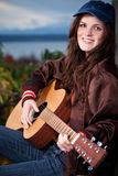 Adolescente hermoso que toca la guitarra Foto de archivo