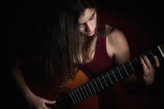 Adolescente hermoso que toca una guitarra Imagen de archivo libre de regalías