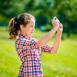 Adolescente hermoso que toma la imagen con smartphone Foto de archivo libre de regalías