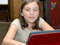 Adolescente hermoso que usa una tableta Imagen de archivo