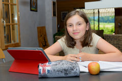 Adolescente hermoso que usa una tableta Foto de archivo libre de regalías