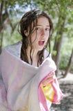 Adolescente hermoso relajado en sus días de fiesta con su toalla después Imagen de archivo libre de regalías
