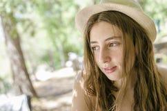 Adolescente hermoso relajado en sus días de fiesta debajo de la sombra Fotos de archivo libres de regalías