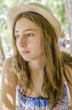 Adolescente hermoso relajado en sus días de fiesta debajo de la sombra Imagen de archivo