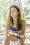 Adolescente hermoso relajado en sus días de fiesta debajo de la sombra Fotografía de archivo libre de regalías