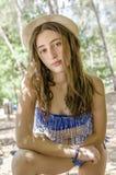 Adolescente hermoso relajado en sus días de fiesta debajo de la sombra Foto de archivo libre de regalías