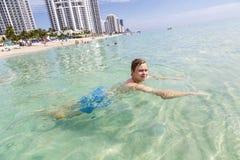 Adolescente hermoso se divierte en el océano Fotografía de archivo libre de regalías
