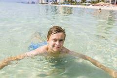 Adolescente hermoso se divierte en el océano Foto de archivo