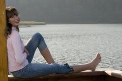 Adolescente hermoso sobre el lago Foto de archivo
