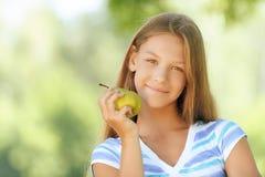 Adolescente hermoso sonriente con la pera fotos de archivo libres de regalías