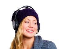 Adolescente hermoso sonriente con los auriculares Fotografía de archivo libre de regalías