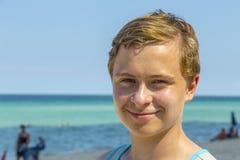 Adolescente hermoso tiene natación de la diversión en el océano Imágenes de archivo libres de regalías