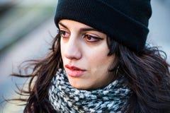 Adolescente hermoso triste, gritador con el sombrero negro Foto de archivo libre de regalías