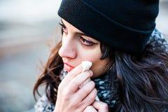 Adolescente hermoso triste, gritador con el sombrero negro - el barrido rasga con un tejido Imagen de archivo