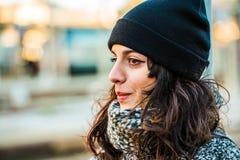 Adolescente hermoso triste gritador con el sombrero negro y la capa gris Imagen de archivo libre de regalías