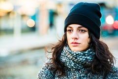 Adolescente hermoso triste gritador con el sombrero negro y la capa gris - tiro ascendente cercano Fotografía de archivo