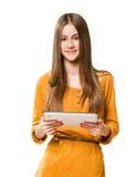 Adolescente hermoso usando el ordenador de la tablilla. Foto de archivo