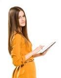 Adolescente hermoso usando el ordenador de la tablilla. Fotos de archivo libres de regalías