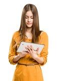 Adolescente hermoso usando el ordenador de la tablilla. Foto de archivo libre de regalías