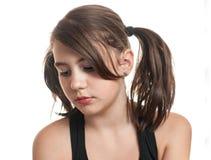 Adolescente hermoso y joven en camiseta negra que come un melocotón Imágenes de archivo libres de regalías