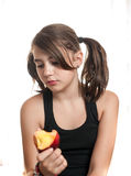 Adolescente hermoso y joven en camiseta negra que come un melocotón Foto de archivo
