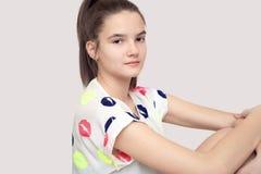 Adolescente hermoso y serio aislado Foto de archivo libre de regalías