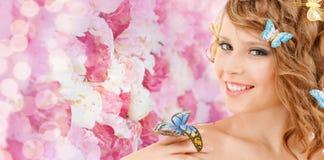 Adolescente heureuse avec des papillons dans les cheveux Photos stock