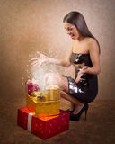 Adolescente heureuse avec la boîte magique de cadeau de Noël Image stock