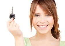 Adolescente heureuse avec la clé de véhicule Photo stock