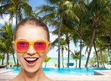 Adolescente heureuse dans des lunettes de soleil roses Images libres de droits