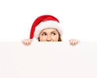 Adolescente heureuse dans un chapeau de Noël tenant une grande bannière Photo stock