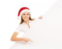 Adolescente heureuse dans un chapeau de Noël tenant une grande bannière Images libres de droits