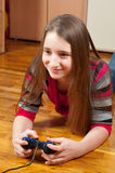 Adolescente heureuse jouant des jeux d'ordinateur Images libres de droits
