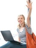 Adolescente heureuse ondulant une salutation Images libres de droits