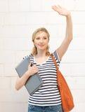 Adolescente heureuse ondulant une salutation Photographie stock