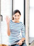 Adolescente heureuse ondulant une salutation Photos libres de droits