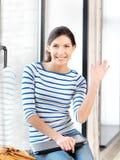 Adolescente heureuse ondulant une salutation Image libre de droits