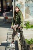 Adolescente heureuse sur les rues Marche images libres de droits
