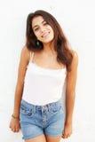 Adolescente hispánico atractivo que se inclina contra la pared Imágenes de archivo libres de regalías
