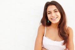Adolescente hispánico atractivo que se inclina contra la pared Fotos de archivo libres de regalías