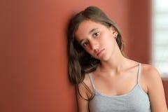 Adolescente hispánico con una expresión seria Imágenes de archivo libres de regalías