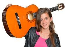 Adolescente hispánico de moda que lleva una guitarra Fotos de archivo libres de regalías