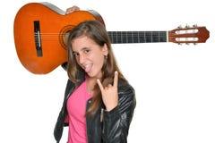 Adolescente hispánico de moda que lleva una guitarra Imagen de archivo