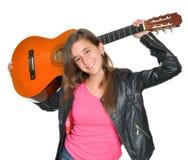 Adolescente hispánico de moda que lleva una guitarra Fotografía de archivo libre de regalías
