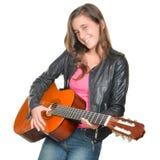 Adolescente hispánico de moda que toca una guitarra acústica Fotografía de archivo