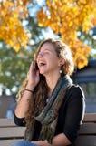 Adolescente hispánico feliz con el teléfono celular Foto de archivo libre de regalías