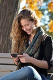 Adolescente hispánico feliz con el teléfono celular Foto de archivo